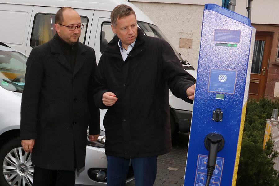 Oberbürgermeister Thomas Herzog und Geschäftsführer Peter Käble an der Elektroladesäule