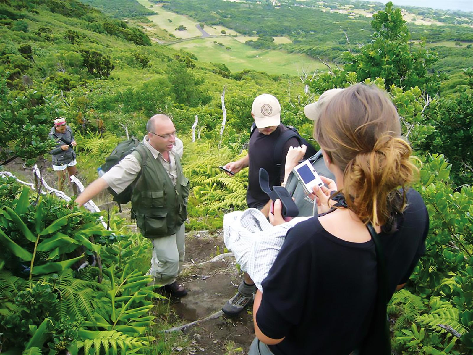 Am Pico verde: Christophe Neff mit Studenten auf den Azoren.