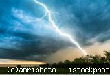 Himmel mit Blitz über ländliche Landschaft
