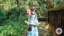 Ganz schön frech: Auf Bali klaut ein kleiner Affe Sabine eine Banane.
