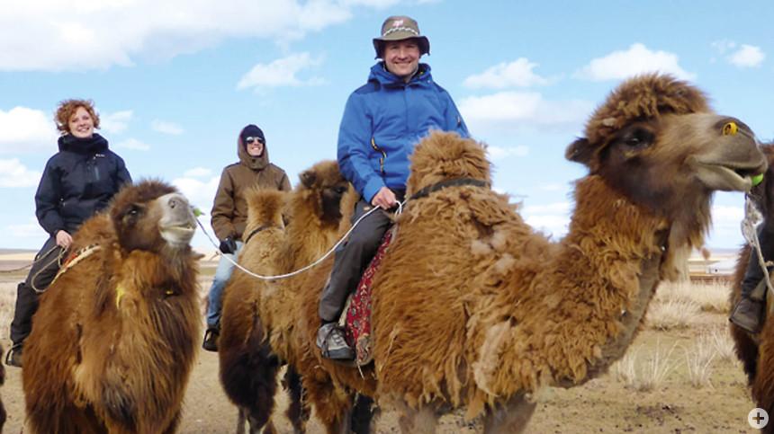 Gut eingepackt: Auf Kamelen durch die Mongolei.