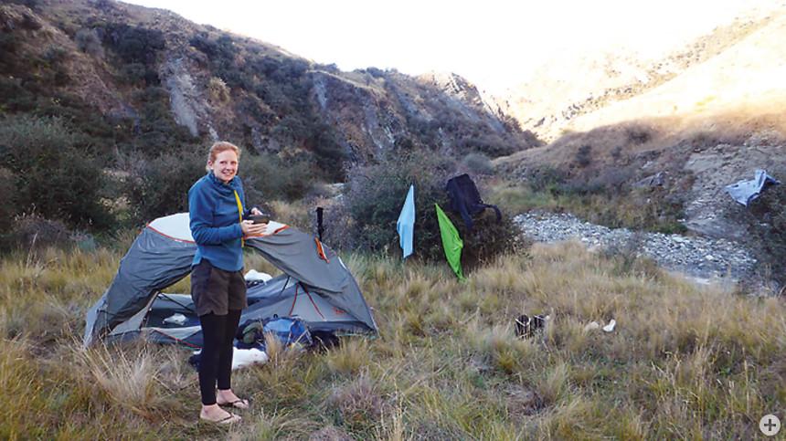 Noch eine Tasse Tee und dann ins Zelt: Weltenbummlerin Sabine Kieninger in Neuseeland.