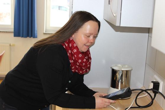 Frau Kuhlmann bedient ein Strommessgerät